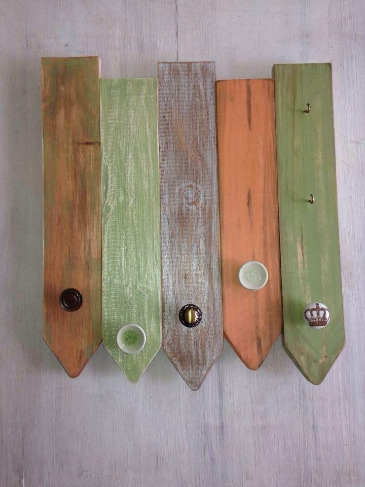 Perchero 45 x 45 cms.  5 perchas  Verde - salmón - café Decapado