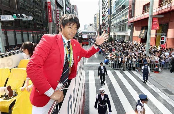 リオ五輪・パラリンピックのメダリスト合同パレードで、沿道に集まった観衆に手を振るカヌーの羽根田卓也選手=7日、東京都中央区(代表撮影)