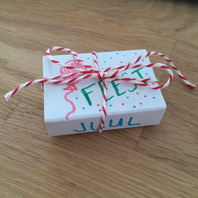 Thomas en ik zijn trots op onze leuke en originele zelfgemaakte uitnodigingen voor zijn kinderfeestje: een feestje in een doosje.