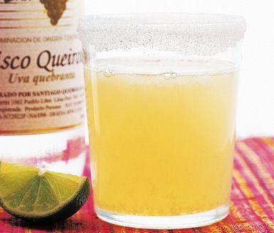 Pisco Sour är en svalkande och god drink av Pisco, socker, citron, äggvita och rikligt med hackad is. Servera denna syrliga Pisco sour i glas med några droppar av Angostura bitter.
