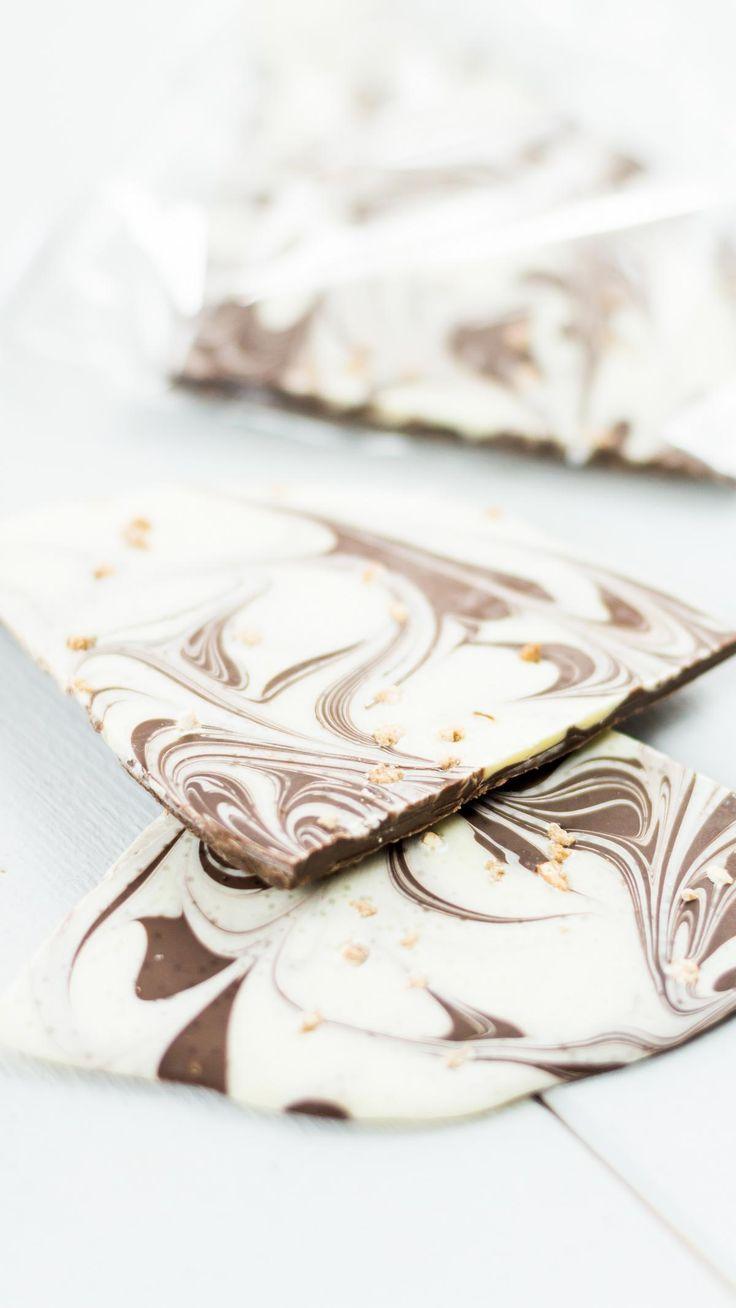 Schokolade selber machen - einfache und günstige DIY Geschenkidee zu Weihnachten oder zum Geburtstag. Du kannst deiner Kreativität freien Lauf lassen und die Schokolade ganz nach deinen Vorlieben herstellen.... DIY Geschenk, Leckereien aus der Küche, Food, selbst gemachte Schokolade, lecker, einfach, günstig, kreativ