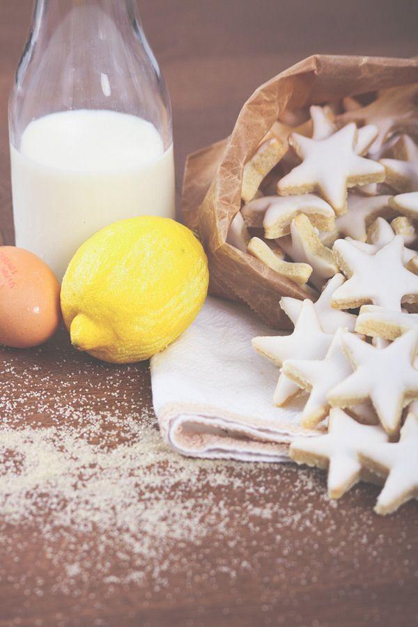 Recette des étoiles aux amandes, avec zestes de citron et glaçage royal. Biscuits et gâteaux de #Noël. #Christmas #cookies #lemon #almond #recipe #food