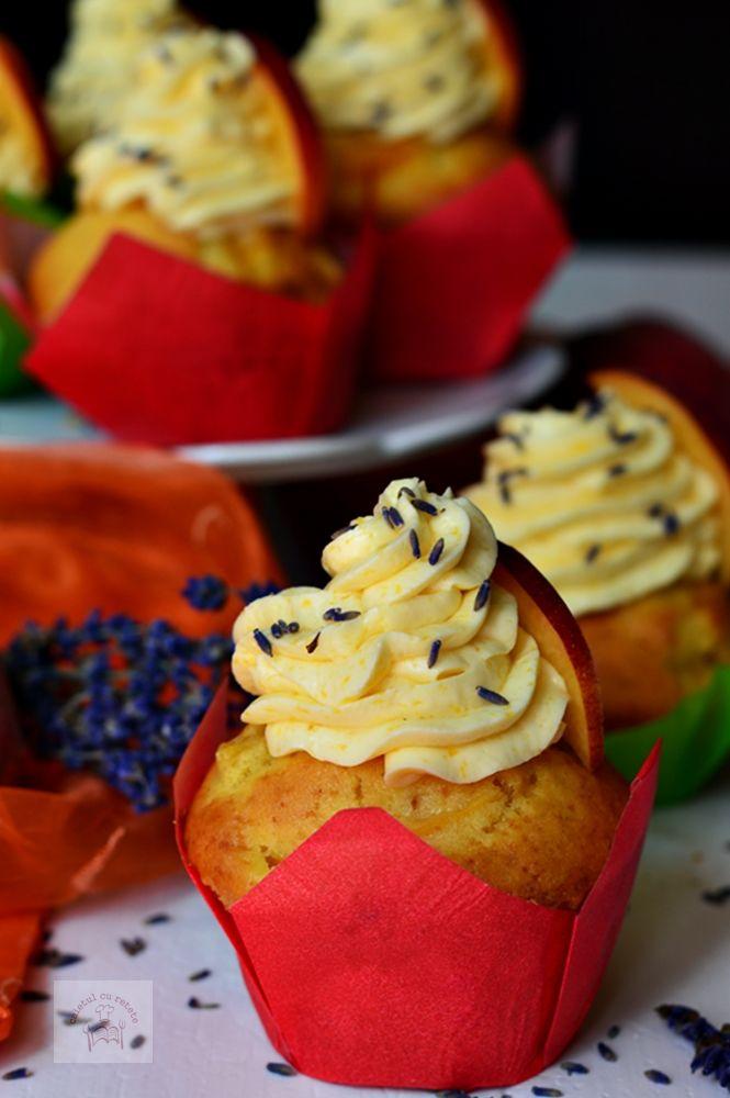 Cupcakes cu piersici si crema de unt - CAIETUL CU RETETE