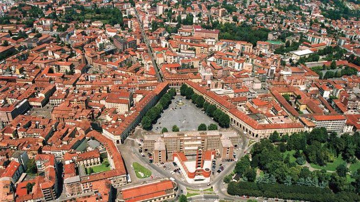 Asti is een stad gelegen in de Noord-Italiaanse regio Piëmont. De stad is vooral bekend door de wijn Barbera die op de heuvels rondom Asti verbouwd wordt. Het historische centrum is goed geconserveerd. Het belangrijkste monument is de bijna duizend jaar oude bakstenen Duomo.