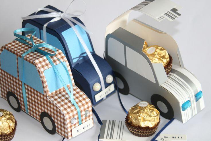 """Ob als Dankeschön für die Mitfahrgelegenheit oder als Grundstock zum neuen Auto, Glückwünsche zum bestandenen Führerschein oder """"Proviant"""" für eine Reise: Diese Papierflitzer eignen sich als Geschenk für viele Gelegenheiten und bieten neben z.B. fünf goldenen Kugeln auch noch Platz für Geldscheine. Die """"Nummernschilder"""" können dem Anlass angepasst werden."""