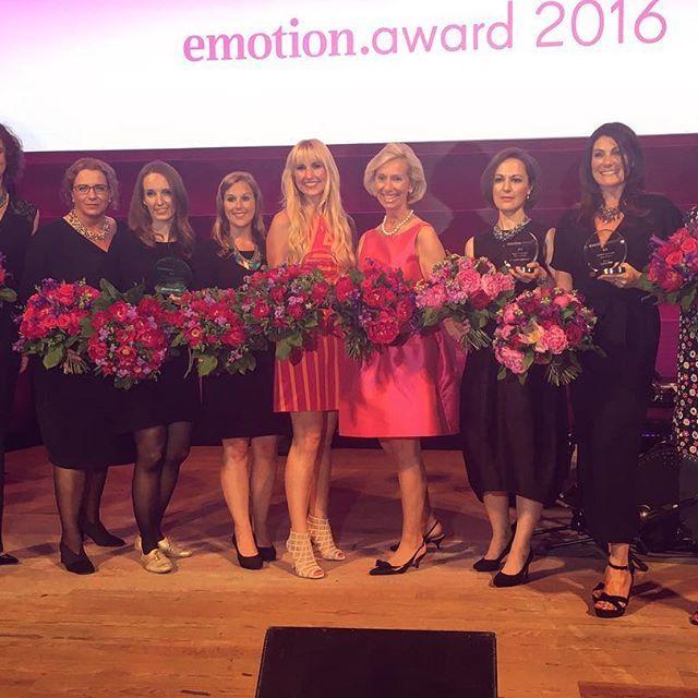 """Cristina wurde der Sonderpreis """"Unternehmerin"""" des EMOTION.awards 2016 verliehen. """"Ich bin stolz, dass wir diese tollen Frauen mit EMOTION auf ihrem Weg begleiten und sie in die Öffentlichkeit rücken"""" sagt die EMOTION Chefredakteurin und Verlegerin Dr. Katarzyna Mol-Wolf (links im Bild). Wir freuen uns riesig mit Christina und danken jedem, der seine Stimme für sie abgegeben hat! Unter den Gästen waren unter anderem Bettina Wulff, Johannes B. Kerner, Susan Atwell, Alexandra Polzin, Nova…"""