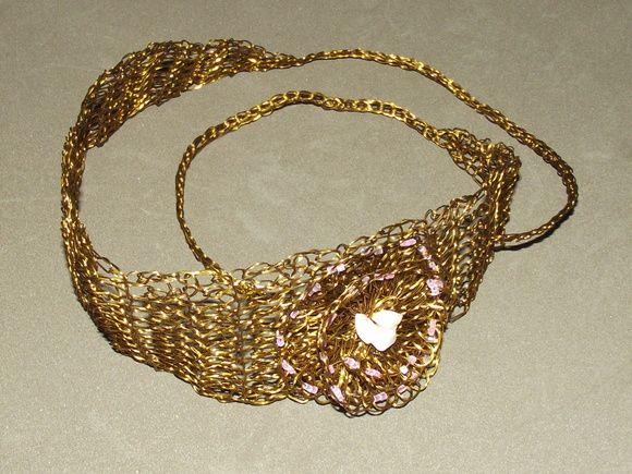 Headband- faixa de cabeça em croche de metal, alumínio esmaltado em ouro velho, bordado com vidrilhos e pedras naturais( quartzo rosa).