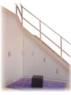 Armario agaterado bajo escaleras