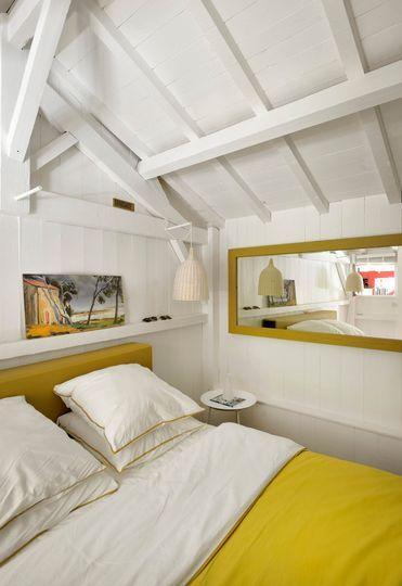 Poutres blanches et linge de lit ensoleillé pour cette petite chambre. Plus de photos sur Côté Maison. http://petitlien.fr/7fce