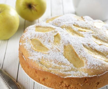 La torta di mele può essere light se si sostituisce il burro con lo yogurt. Questo non toglie niente alla sua bontà: un dolce sempre eccezionale.
