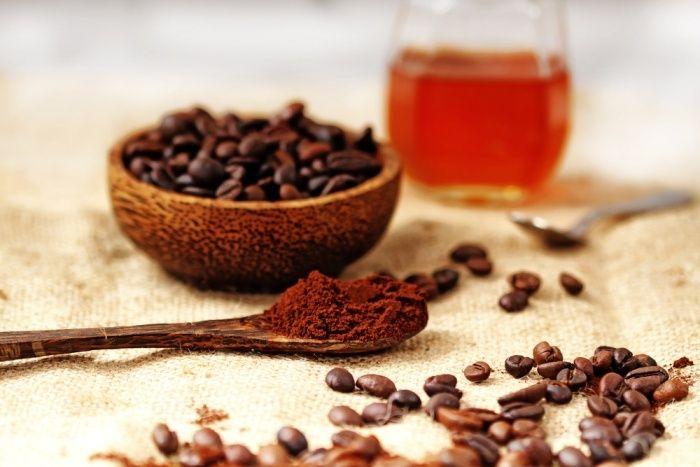 Peelingmaske mit Kaffeesatz und Honig reinigt die Poren