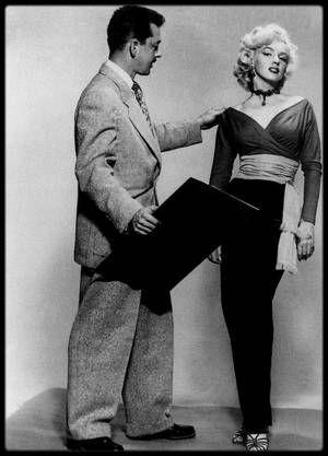 1952-56 / COSTUMES SIGNES TRAVILLA / William TRAVILLA : Date de naissance : 22 mars 1920, à Santa Catalina Island, Californie.  Date de décès : 2 novembre 1990, à Los Angeles, Californie. / Exercice : styliste sous contrat avec la Fox. En 1945, il fut le plus jeune styliste sous contrat avec un important studio (la Warner). Il rencontra Marilyn en 1950 lorsqu'elle demanda à emprunter sa cabine d'essayage pour passer un costume. Ils travaillèrent ensemble dans huit films : En 1952 « Monkey…