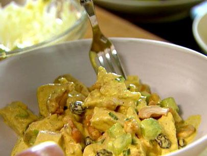 Mayonezli Tavuk Salatası tarifi Önce tavuk göğsümüzü tuzlu suda haşlayalım. Soğuduktan sonra ayıklayalım. Marulları iyice yıkadıktan sonra bir parmak eninde doğrayalım. Domatesleri soyup küp küp doğrayalım. Mayonezi ve yoğurdu küçük bir kapta iyice karıştırıp içerisine ince kıyılmış dere otu ekleyerek tekrar karıştıralım. İnce ayıklanmış tavuğun içerisine marul ve domates koyalım ve 1 adet limonu iyice sıkıp suyunu dökelim. Sonraa karıştıralım ve servis tabağına alalım. Afiyetler olsun
