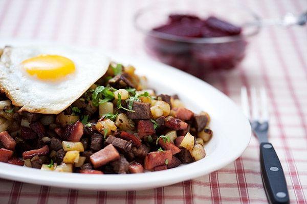Grundrecept på pytt i panna - en svensk klassiker som kan varieras på många sätt. Pytt i panna brukar alltid serveras med skivade inlagda rödbetor och stekt ägg.