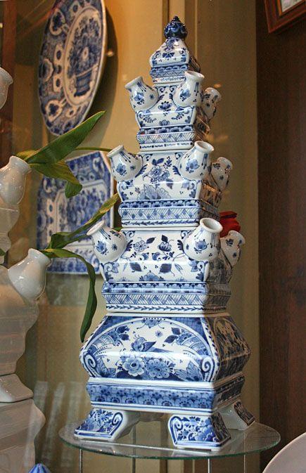 Eine Tulpenvase aus Delfter Keramik. Traditionell gefertigten Fayencen aus Delft begegnet man in der Stadt auf Schritt und Tritt.  www.kukullus.nl