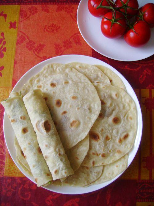 Секретом приготовления лаваша со мной поделилась знакомая армянка. В её семье лаваш с брынзой и зеленью едят с арбузами.