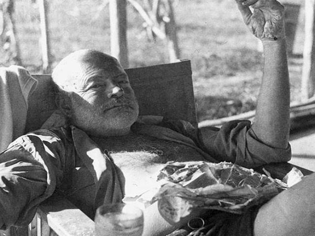 In 1934, un tanar student pe nume Arnold Samuelson a citit una dintre povestile scurte scrise de Ernest Hemingway. Impresionat, Samuelson a calatorit din Minnesota pana in Florida pentru a-l intalni pe Hemigway si a-i cere cateva sfaturi. Potrivit unui articol scris de tanar un an mai tarziu, Hemingway i-a spus ca daca vrea sa invete sa scrie mai bine, ar trebui sa se compare doar cu scriitori morti, nu cu cei contemporani. I-a mai dat si o lista de carti pe care sa le citeasca. Iata care…