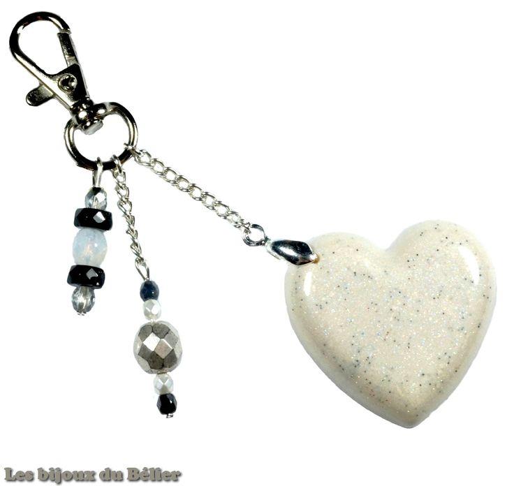 Porte clés/bijou de sac coeur en résine pailletée et perles de bohème en verre fait main : Porte clés par les-bijoux-du-belier