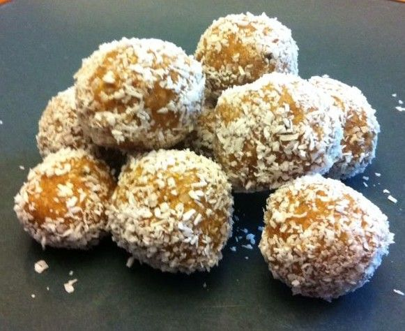 Coconut Protein Balls. Clean eating. Healthy from our F4F Member. http://www.fit4females.com/blog/2013/01/21/coconut-protein-balls/