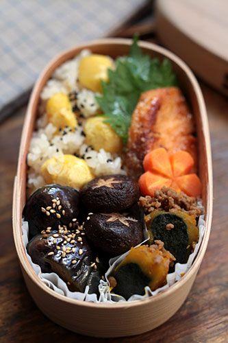 栗おこわ、秋鮭のムニエル、ナス、椎茸焼き浸し、そぼろカボチャ、花人参のグラッセ