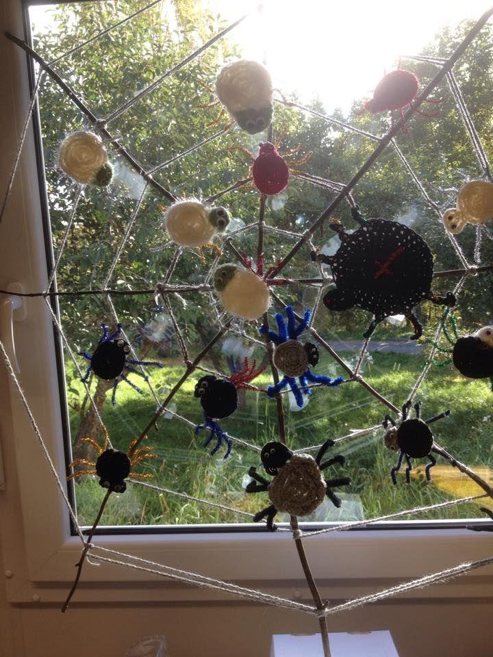 Kakkosten hämähäkit ja hämähäkinseitti. Harjoiteltiin ketjusilmukoiden tekemistä ja tuloksena hienot hämähäkit. Liimattiin kartongille ja leikattiin sen jälkeen irti. (Saara Norrby)