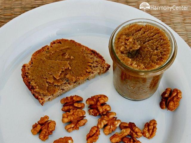 Walnotenpasta Je weet misschien dat ik van walnoten houd? Makkelijk, gezond en tasty. Al eerder maakte ik er hummus van en kruidige crackers. Nu een pasta voor op brood. Ik noem het walnotenpasta. Walnotenpasta heeft…