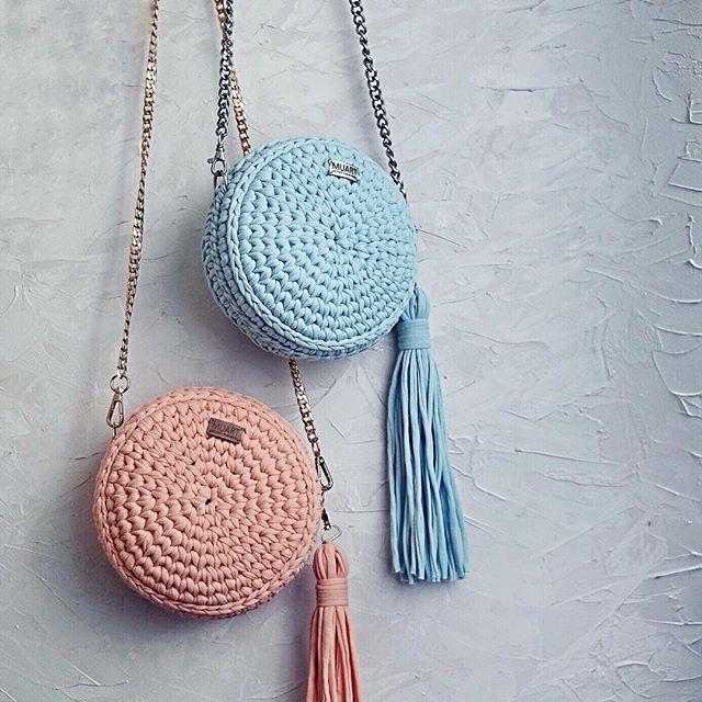 """Всем привет! В последнее время круглые сумочки стали очень популярны и мои клиенты уже заказывают по 2 сумки за раз) Чему я очень рада) Да, я больше всего люблю вязать круглые сумки: Во-первых это цветотерапия. В палитре очень много различных оттенков, и каждый раз я наслаждаюсь процессом вязания из нового цвета, а потом и результатом); Во-вторых: я настолько усовершенствовала технологию вязания, что теперь просто """"щелкую как семечки"""" эти сумки. __________ Сумочки в цвете персик и…"""