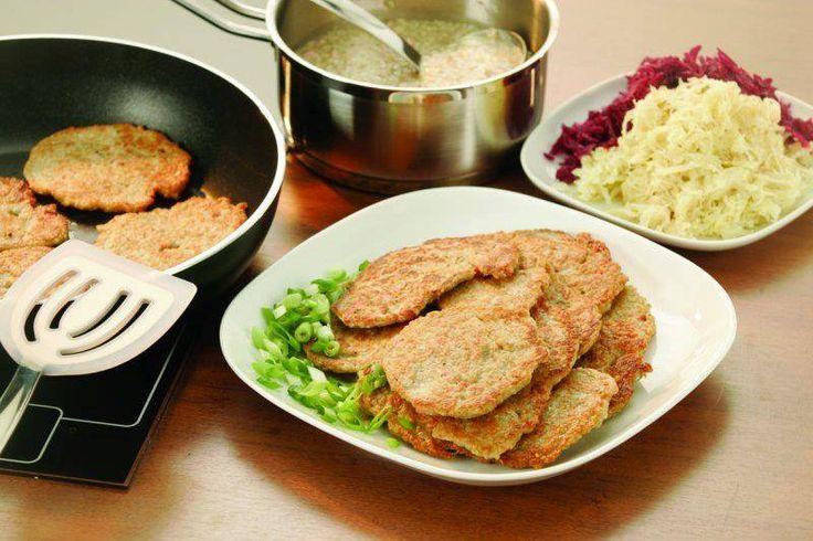 Kytičkový den - Pohankové placky. Pohanka se uvaří na způsob rýže (1 odměrka pohanky, 1apůl odměrky vody se špetkou soli)Vychladlou pohanku smícháme s trochou jemných ovesných vloček a zalijeme vařící vodou asi 1 dl a necháme to pod pokličkou asi 15 minut stát. Potom přidáme najemno nakrájenou cibuli,česnek, koření a žloutek. Na trošičce oleje pečeme placky (kdyby se rozpadaly,přidáme trochu škrobové moučky). Podáváme s kyselým zelím nebo zeleninou