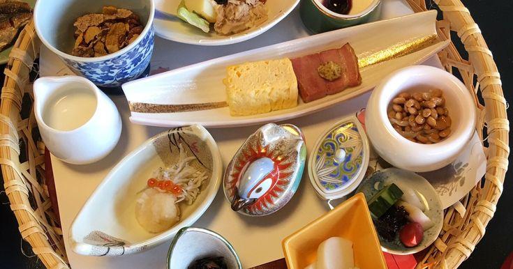 昨年からハマっている温泉旅行。旅館に宿泊するとき、温泉の次に楽しみなのが、何と言っても朝食です。毎日ご飯を炊くのが大変という理由で、我が家の朝食はほぼパン派。和食の朝ご飯なんて正月か旅行に行ったときくらい。なので朝風呂の後に出される、温かいご飯に味噌汁、獲れたての魚に卵焼き……というザ・和食なラインアップに毎回興奮。茶碗片手にいろいろな皿や小鉢を行き来しながら、次は何を...
