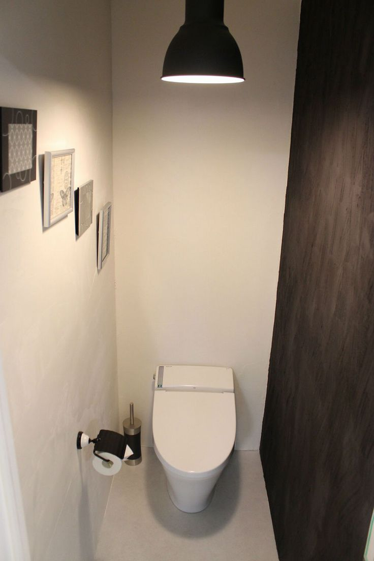 漆壁と天井をしっくいで仕上げました。 しっくいは、消臭の効果もあるので、トイレにはぴったりの素材かもしれませんね。 一面だけを黒の顔料を入れて、黒い壁にしました。白と黒のモノトーンですが、天然素材であるしっくいを使うことで、冷たすぎる雰囲気にはならないで、キリッとしているけど落ち着いた雰囲気になっています。喰モダン - トイレインテリア専門店といれたす