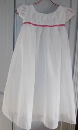 Robe de Poucette blanche avec ruban rose