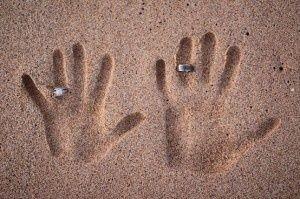 huwelijksaanzoek ringen in zand | mooie originele foto van moment aanzoek | ZOOK.nl