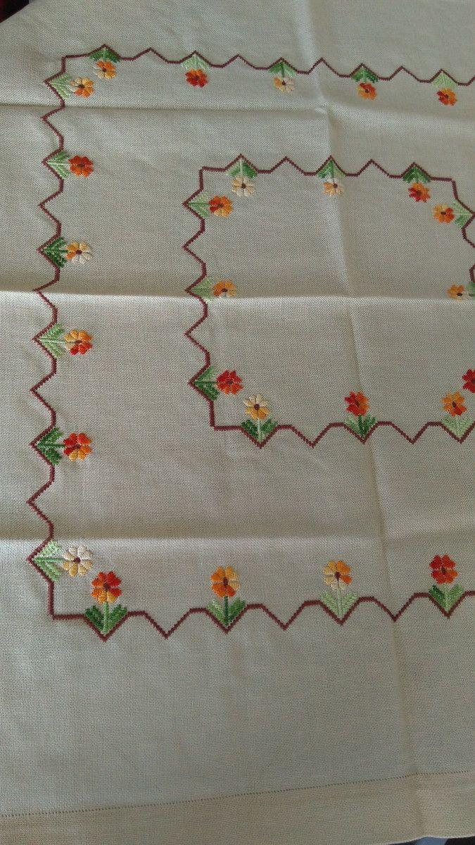 Toalha de mesa quadrada feita no cânhamo fino bege Técnica: Ponto Reto Desenho: Floral Acabamento: Ponto Ajour Medidas: Comprimento: 81 cm Largura: 73 cm