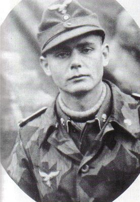 Oberleutnant Wolfgang Bach, Battery Commander of the 3rd Sturmgeschütz Batterie, 5th Luftwaffe Feld Division, wearing the newly-issued Luftwaffe splinter-B Tarnjacke. Of note is the 'Totenkopf' insignia pinned on his Fliegerbluse, and pink piping on... Pin by Paolo Marzioli