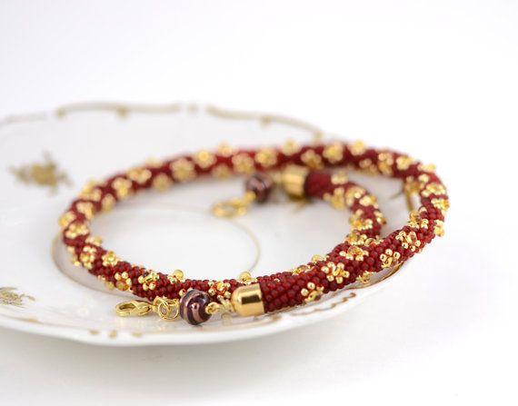 EINFACH schöne klassische Perlen Halsband.  Dieser Luxus Bead Crochet Necklace setzt sich aus Toho japanische Rocailles von höchster Qualität - Farben rot und Gold. Dieses einzigartige Schmuckstück kann ein Lieblings-Accessoire für eine Dame mit romantischen und sensiblen Seele geworden. Und bringen eine Notiz der Romantik eine spröde Geschäftskleidung.  GESCHÄFTLICH ODER PRIVAT. Sie werden immer ja sagen, diese Kette! Dieses Armband ist eine süße, sanfte Freund. Wenn Sie einen schlechten…