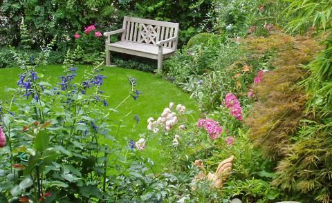 Sitzplatz mit Gartenbank