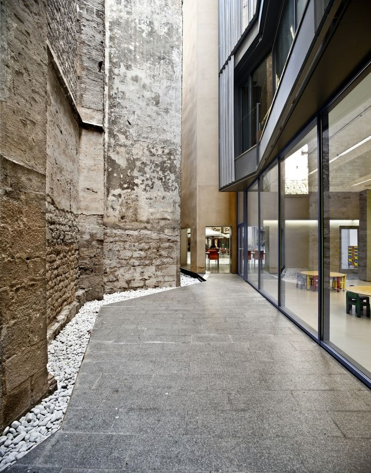 Toy Library and Offices by taller 9s arquitectes in Barcelona. Great contrasts/juxtaposition of materials.