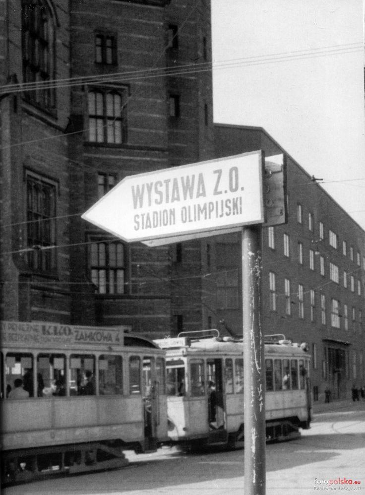 """1948 , Tramwaj linii """"2"""" na ulicy Sądowej zmierza w stronę Dworca Głównego. Na pierwszym planie drogowskaz kierujący na Wystawę Ziem Odzyskanych - w tym czasie było rozpowszechniane hasło - """"niebieskim tramwajem dojedziesz na wystawę"""" - mało osób wie, że pierwsze powojenne niebieskie tramwaje to były tramwaje dojeżdżające w okolice W.Z.O."""