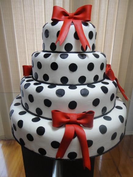 bolo em isopor revestido com massa de biscuit,4 andares,medidas: 50/40/30/20 diâm x 10 alt. laços removível R$340,00: Mickey Cake, Birthday Cakes