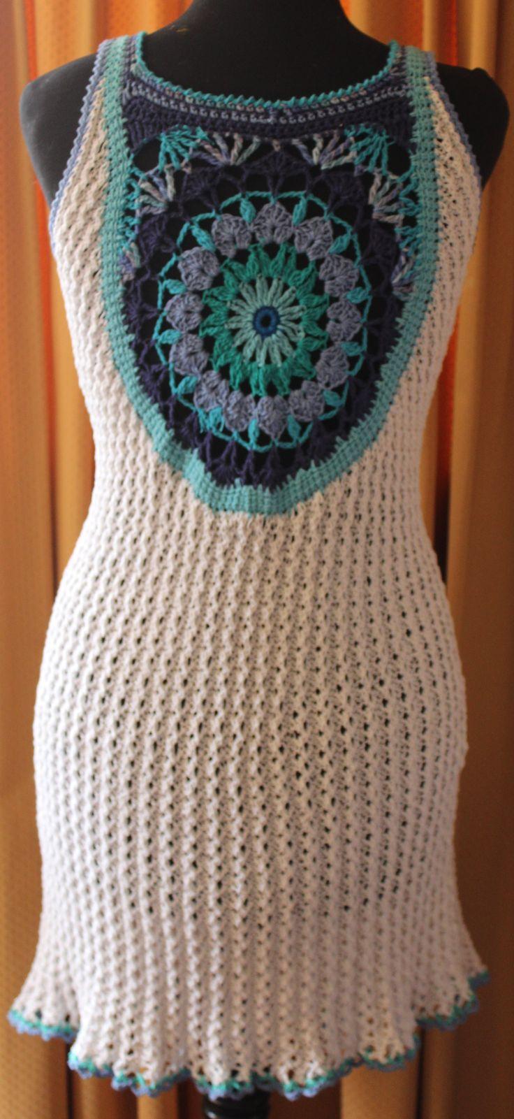 vista de la espalda, vestido de algodón, tejido a palillo alrededor de un centro a crochet.