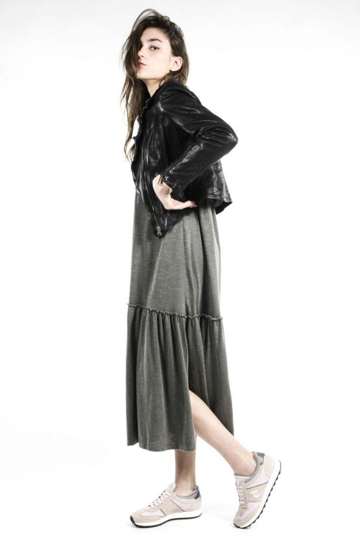 Vestido largo gris costuras - Vestido largo con aberturas laterales. Color gris carbón de manga corta con puño. Cuello de pico. Dos aberturas laterales.