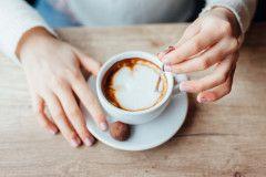 Jetzt einen Kaffee, das wär's. Aber ich stille noch. Stillen und Kaffee - passt das zusammen? © iStock