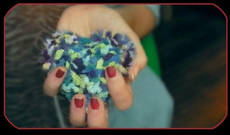 Pompones con formas de corazon y cubo    Manualidades hechas de lana