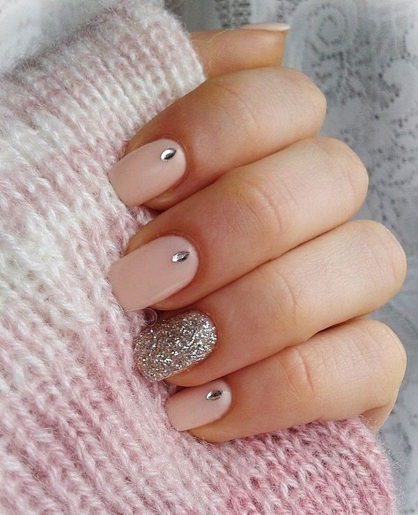 It looks quite attractive when a nail is made more vibrant by adding glitters to the pink. Just adding up a line or making a flower with pink on the glitter base