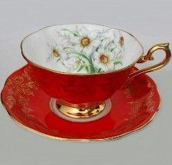 Šálek na čaj * červený porcelán s malovanými kopretinami, zdobený zlatem.