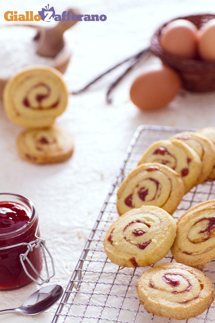Le GIRANDOLE ALLE FRAGOLE (strawberry pinwheel cookies): arrotolate la base, tagliatela a rondelle e lasciatevi conquistare dal gusto della vostra confettura preferita! #ricetta #GialloZafferano #italianfood