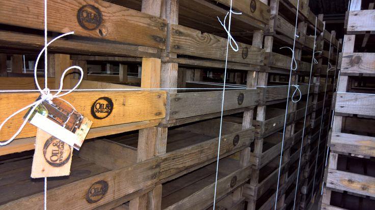 kisten voor winkelinrichting Oil & Vinegar. : Visual merchandising . Logo ingebrand #bedrijfslogo #windowart #shop www.als-nieuw.com