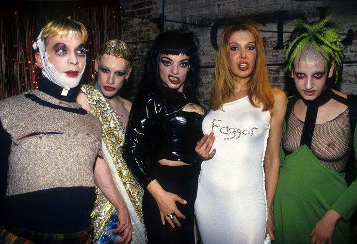Michael Alig, Richie Rich, Nina Hagen, Sophia Lamar e Jenny Talia posam para foto no Tunnel Club, 1993.   30 fotos que mostram a loucura que era a vida noturna de Nova York nos anos 90