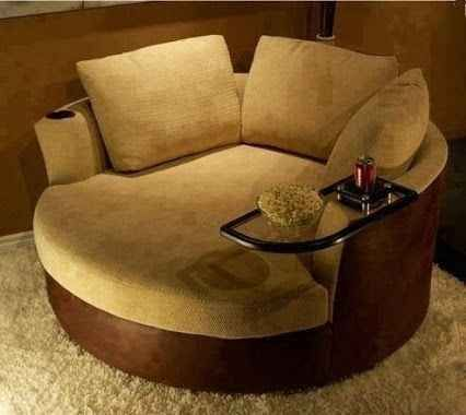 まさにくつろぎのソファです!肘掛部分がテーブルになっているので、ちょっとした飲み物などを置くことができます。座面は広い円形なので、この上でのびのびするもよし、胡坐をかくもよし。お部屋で映画鑑賞、なんて時にはぴったり!