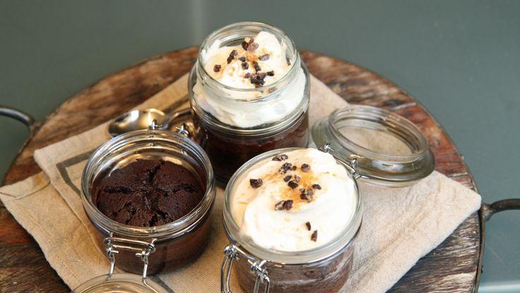 Små sjokoladekaker med kaffe, whisky og krem - Lises cake-away. Ta med deg sjokoladekaken på glass. - Foto: Tone Rieber-Mohn / NRK